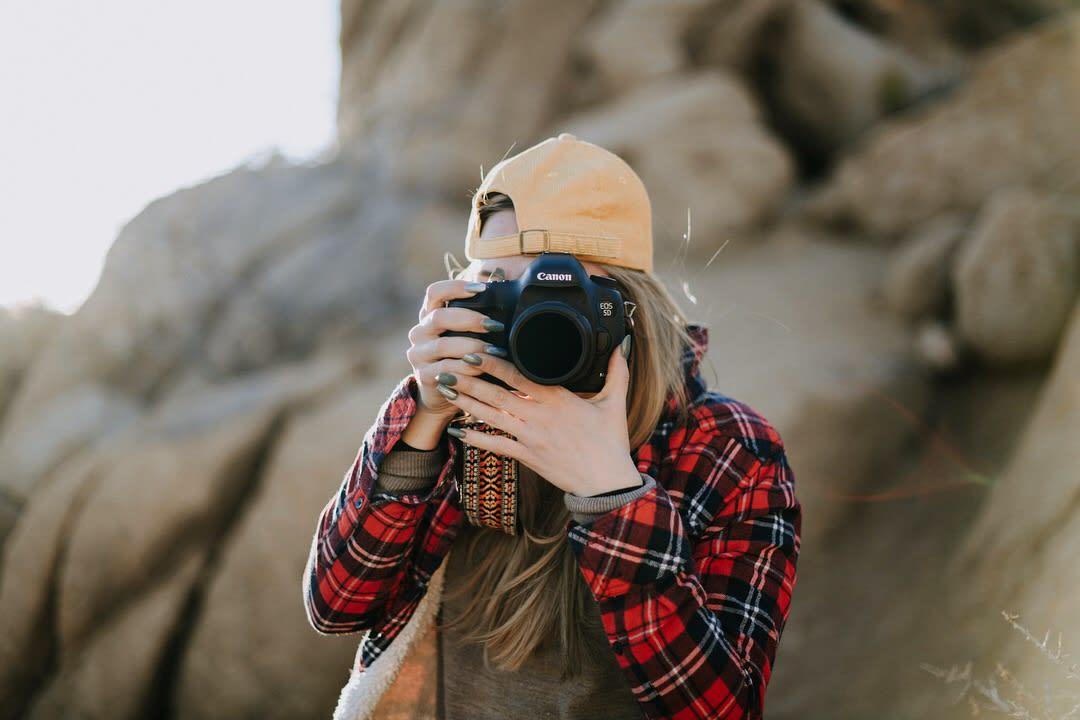 mang máy ảnh khi đi cắm trại
