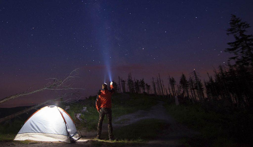 những vật dụng cần thiết khi đi cắm trại qua đêm